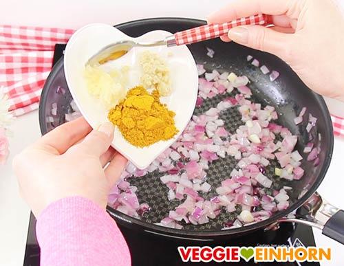 Knoblauch, Ingwer und Currypulver zufügen