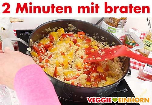 Knoblauch und Paella Reis werden mit angebraten