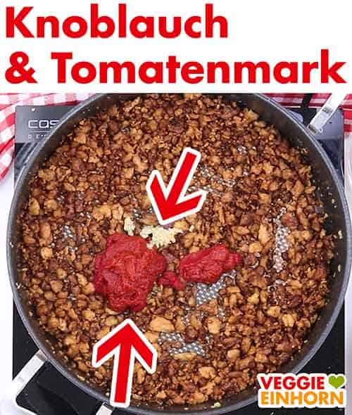 Knoblauch und Tomatenmark in der Pfanne mit den Sojaschnetzeln