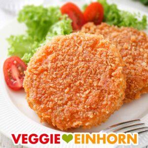 Zwei vegane Kohlrabischnitzel auf einem Teller