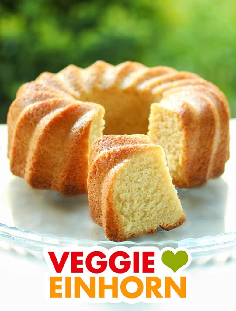 Ein veganer Rührkuchen auf einer Kuchenplatte