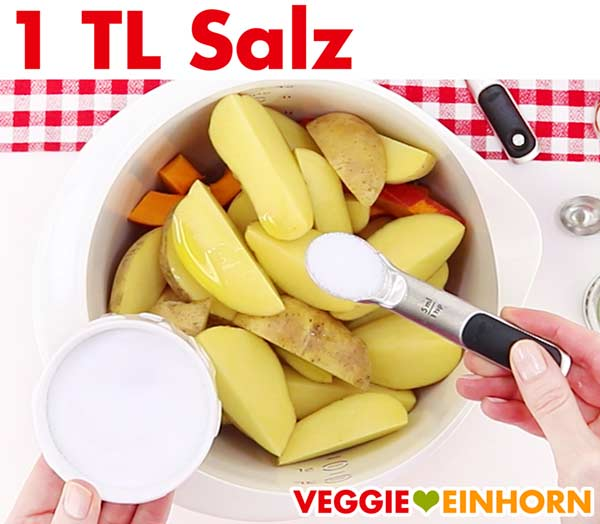 Kartoffel und Kürbisspalten würzen mit Salz