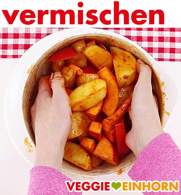 Kürbis und Kartoffelspalten mit Gewürzen und Öl mischen