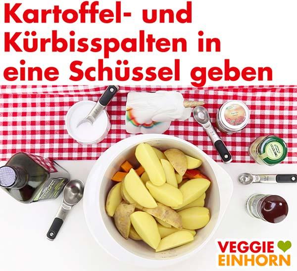 Kartoffel- und Kürbisspalten in eine Schüssel geben