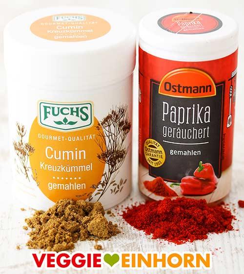 Eine Dose Kreuzkümmel und eine Dose geräuchertes Paprika Pulver