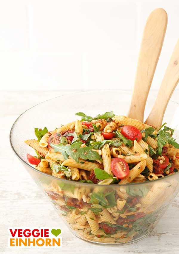 Nudelsalat mit Pesto in einer Salatschüssel