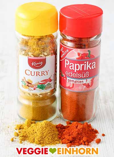 Zwei Gewürzgläser mit Curry und Paprika edelsüß Pulver