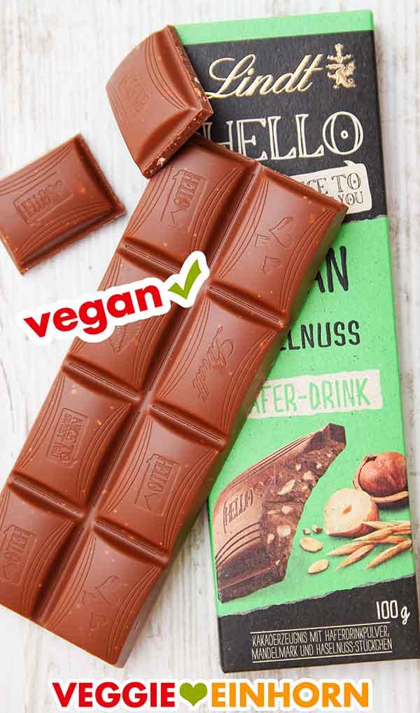 Eine Tafel vegane Schokolade der Sorte Haselnuss von Lindt Hello