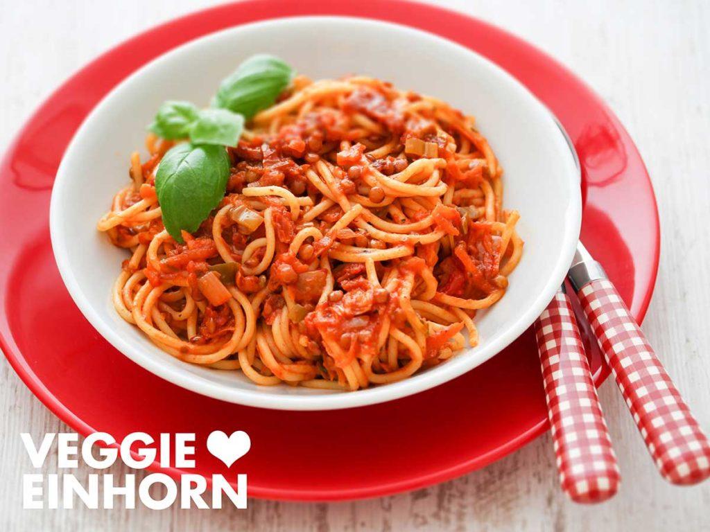 Ein Teller mit Spaghetti und Linsen Bolognese