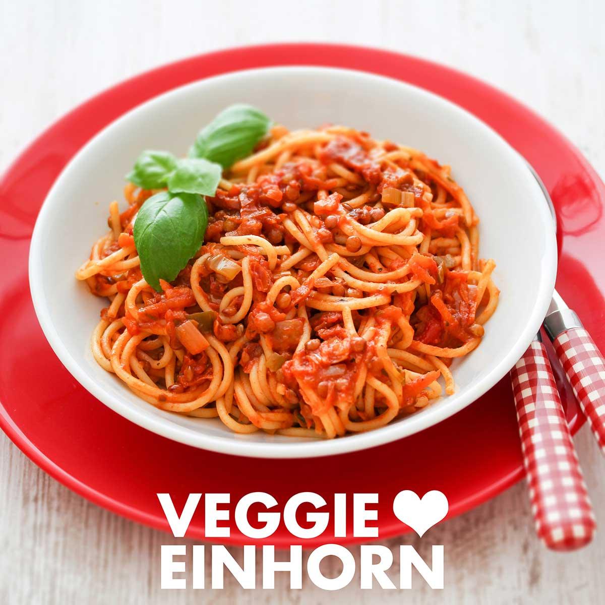 Spaghetti mit Linsen Bolognese auf einem Teller