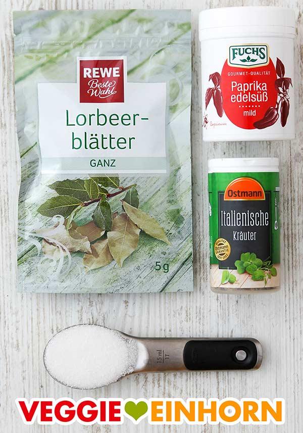 Lorbeerblätter, Paprika edelsüß, Italienische Kräuter, ein Löffel Zucker