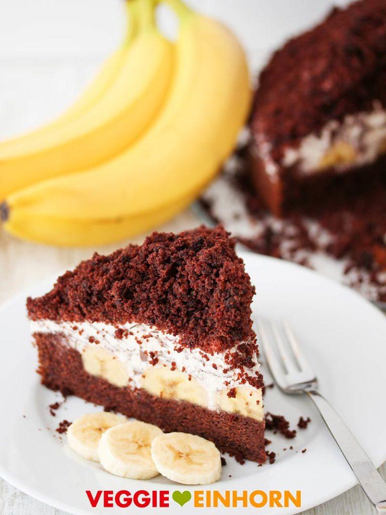 Ein Stück veganer Maulwurfkuchen mit Bananen