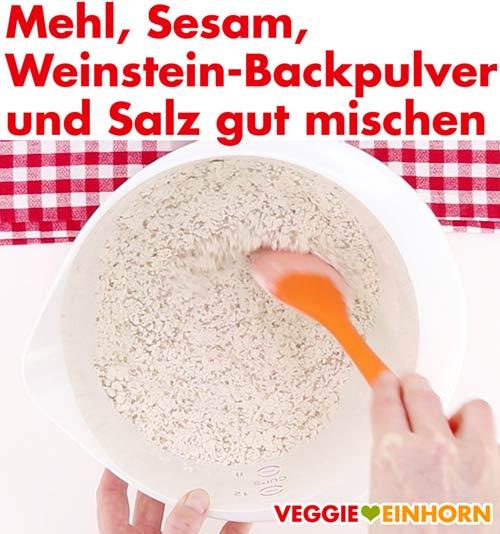 Mehl, Sesam, Weinstein-Backpulver, Salz