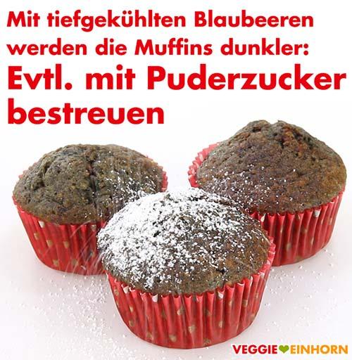 Muffins mit Puderzucker bestreuen