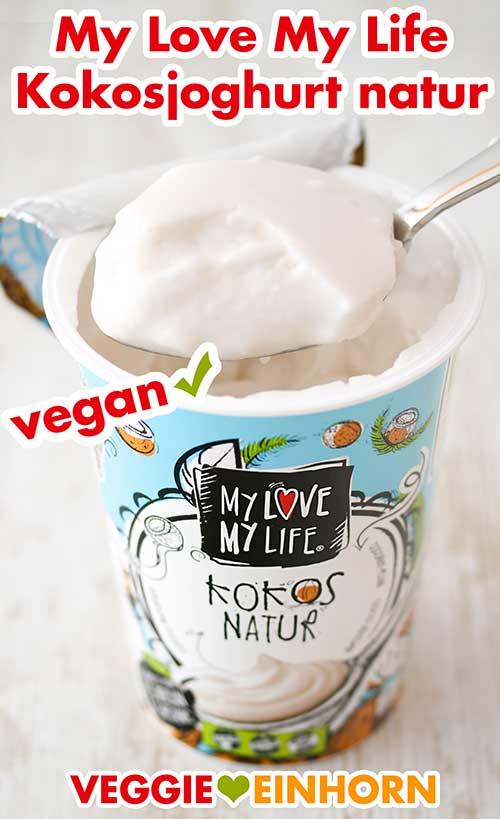 Ein geöffneter Becher Kokosjoghurt Natur von My Love My Life und ein Löffel voll mit Joghurt