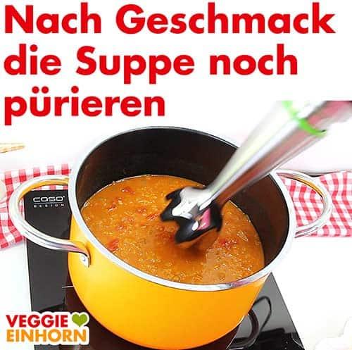 Suppe im Topf mit Pürierstab pürieren