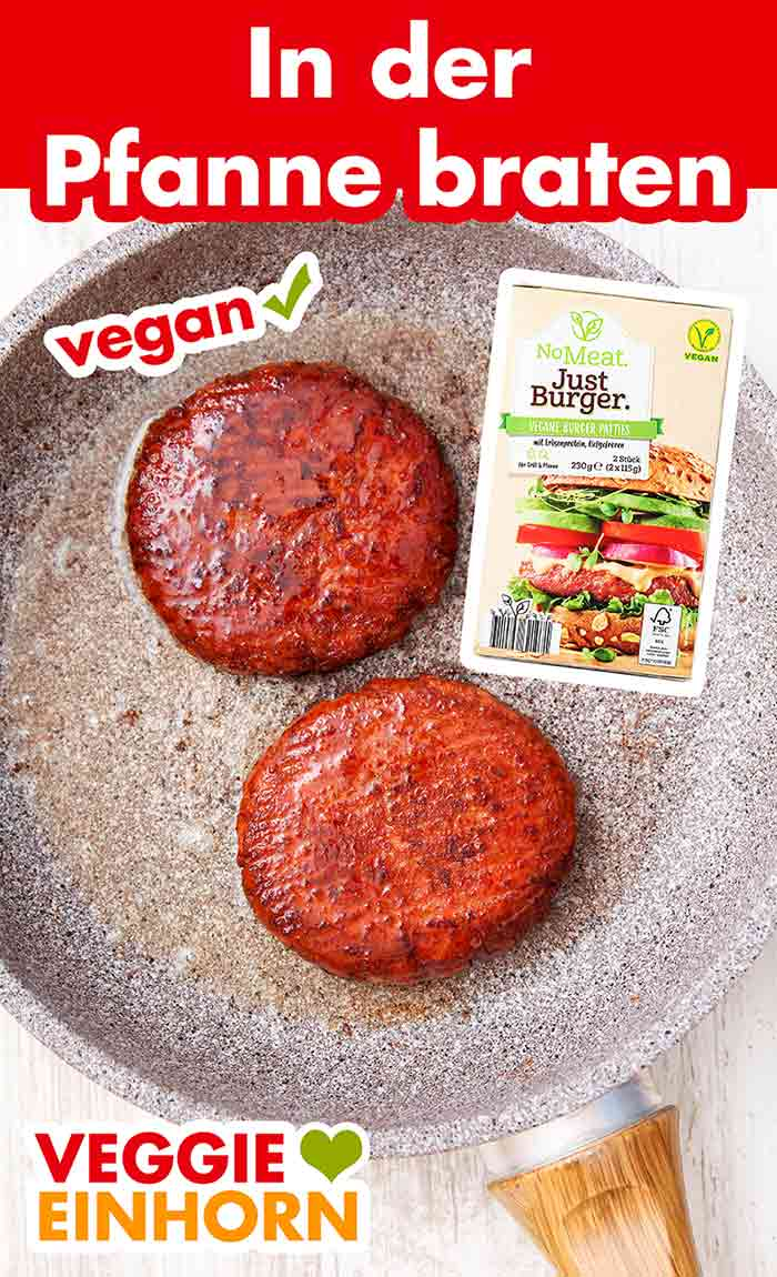Zwei vegane Burger Patties in einer Bratpfanne