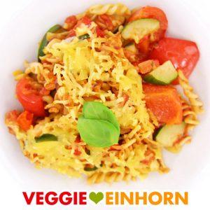 Veganer NUDELAUFLAUF mit Zucchini und Paprika | Glutenfreie Nudeln aus Kichererbsen-Mehl | Lecker überbacken mit veganem Käse | Rezept mit VIDEO