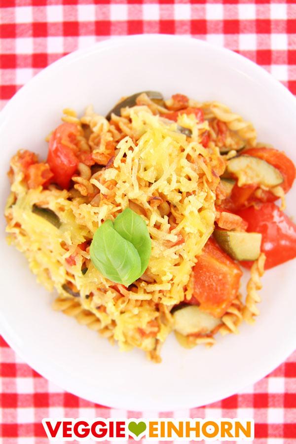 Überbackener veganer Nudelauflauf mit Paprika und Zucchini