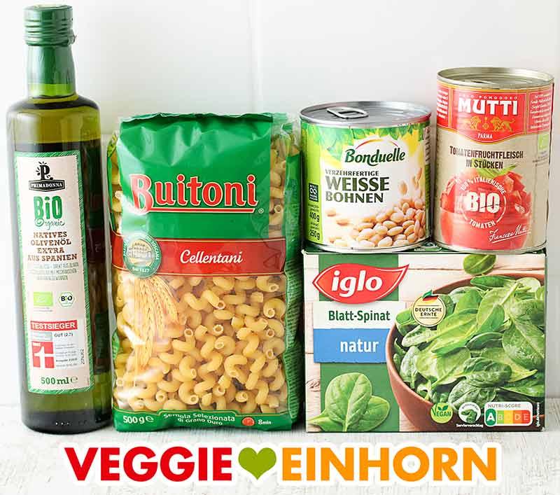 Olivenöl. Nudeln, eine Dose weiße Bohnen, eine Dose Tomaten, tiefgefrorener Spinat