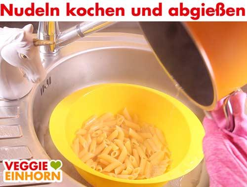 Nudeln kochen und abgießen