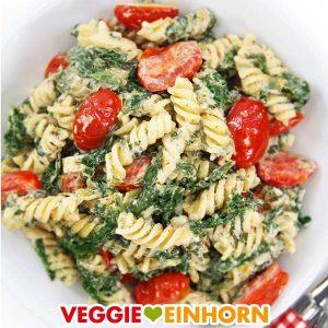 Nudeln mit veganer Frischkäse-Soße, Spinat und Tomaten
