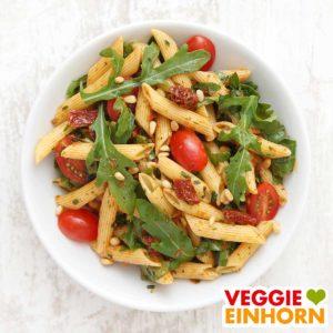 Nudelsalat mit Pesto fertig angerichtet