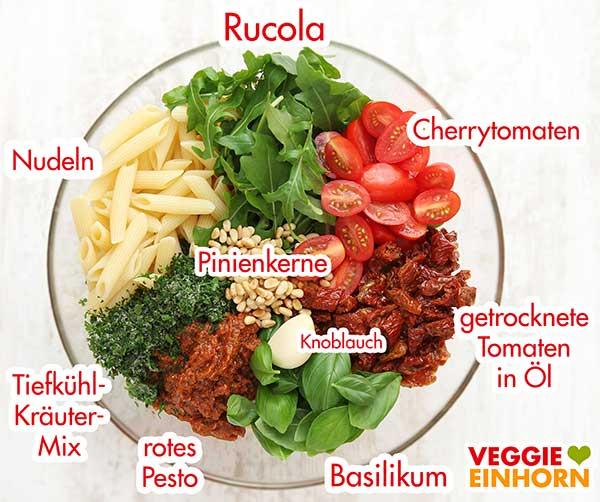 Zutaten für Nudelsalat in einer Schüssel