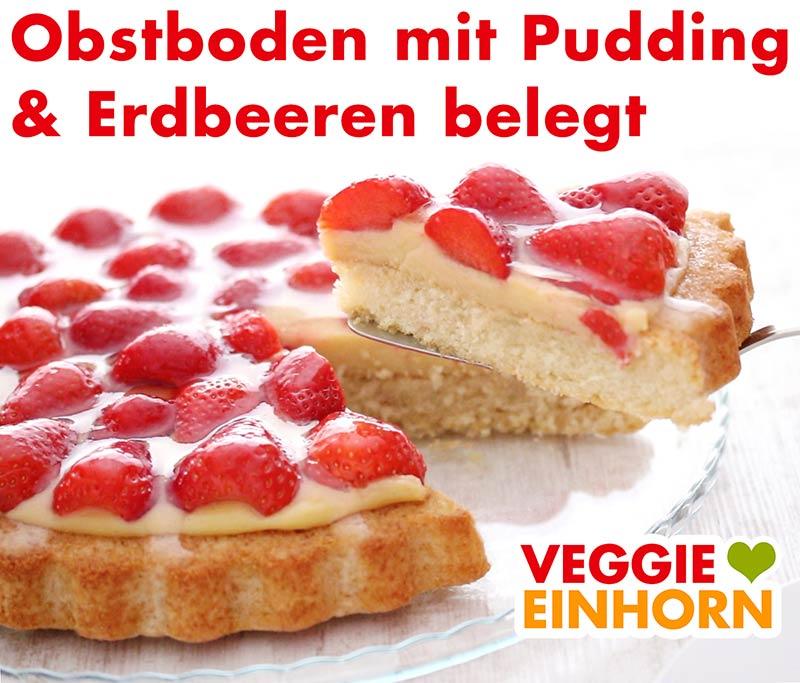Der Obstboden ist belegt mit Vanillepudding und Erdbeeren