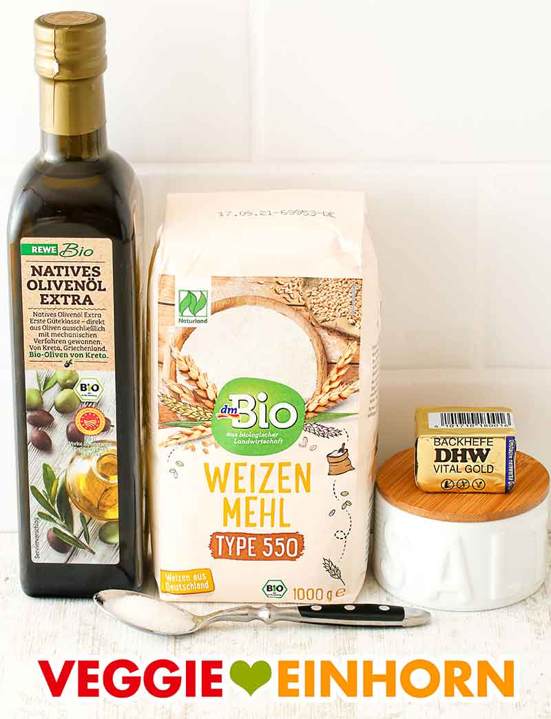 Olivenöl, Weizenmehl Type 550, ein Würfel Hefe, ein Salztopf und ein Löffel Zucker