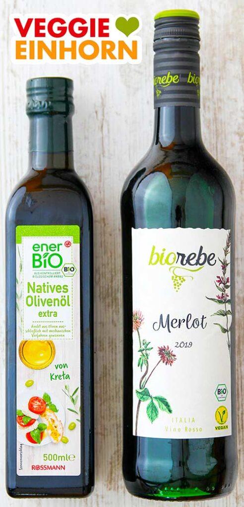 Eine Flasche Olivenöl und eine Flasche veganer Rotwein