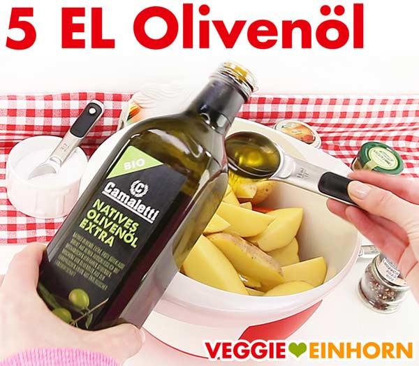 Olivenöl zufügen zu den Kartoffel und Kürbis Wedges