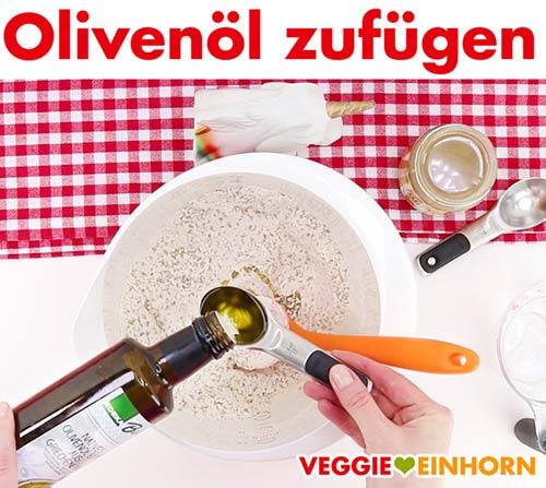 Olivenöl zum Teig zufügen