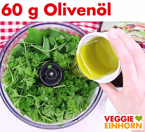 Olivenöl wird in die Küchenmaschine zugefügt.