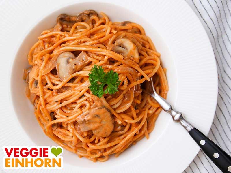 One Pot Pasta mit Champignons auf einem Teller
