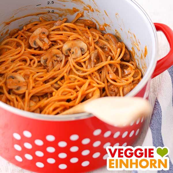 Ein Kochtopf mit One Pot Spaghetti mit Champignons