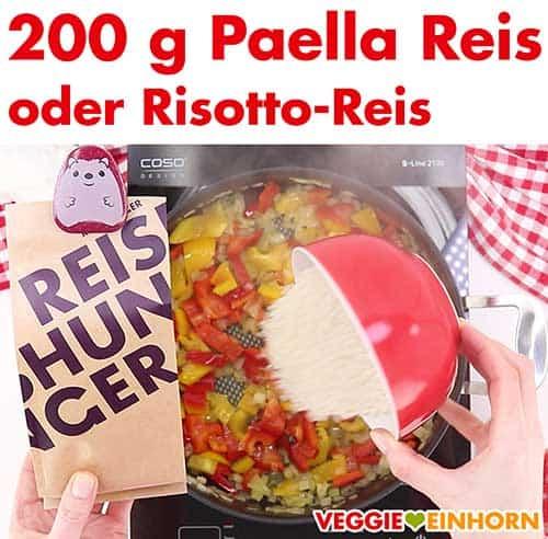 Paella Reis wird in die Pfanne gegeben