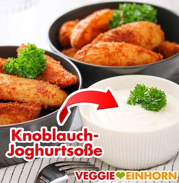Zwei Schalen mit panierten Kartoffeln und eine Schüssel mit Knoblauch-Joghurtsoße
