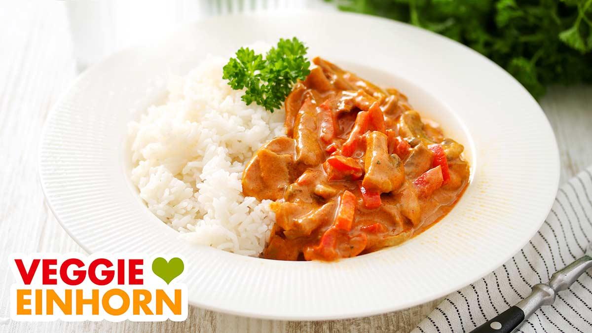 Vegetarisches Paprika Curry auf einem Teller mit Reis
