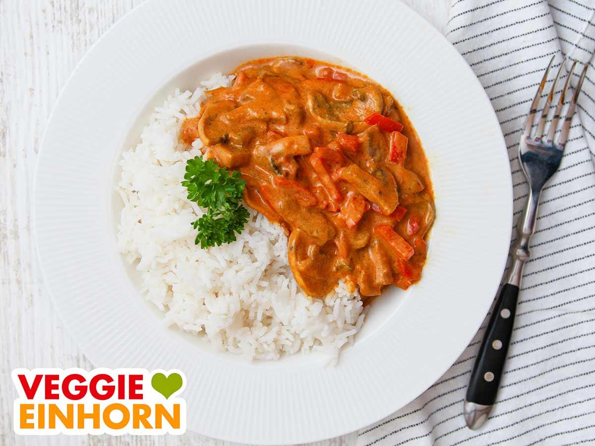 Veganes Paprika Curry serviert mit Reis