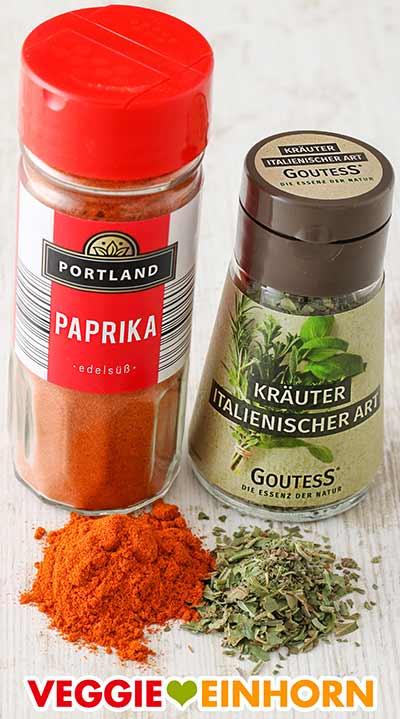 Ein Glas Paprika edelsüß Gewürz und ein Glas Italienische Kräutermischung