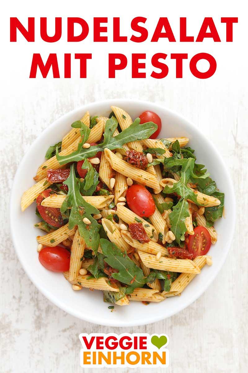 Nudelsalat mit Pesto auf einem Teller