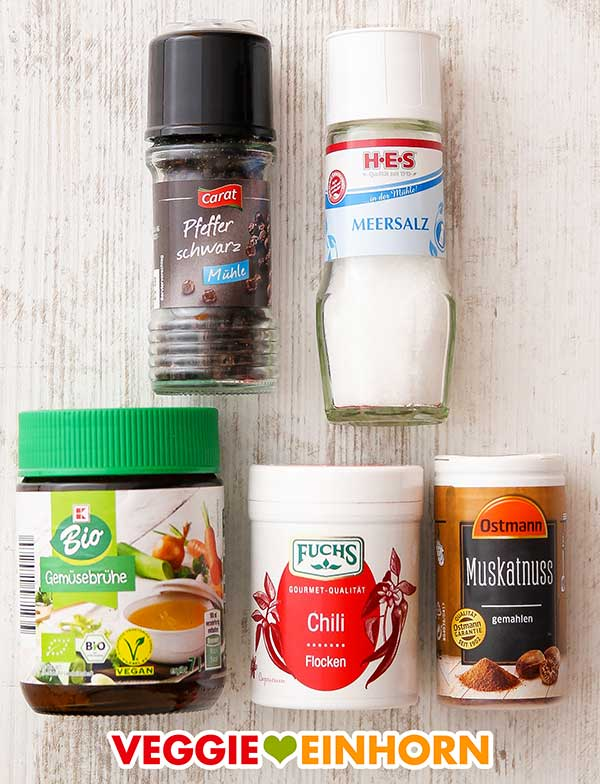 Schwarzer Pfeffer, Meersalz, Gemüsebrühe Pulver, Chiliflocken, gemahlene Muskatnuss