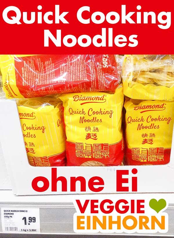 Packungen mit Quick Cooking Noodles ohne Ei im Supermarkt Regal