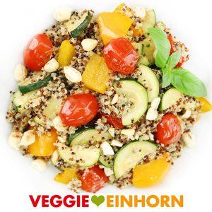 Veganes Rezept für Quinoa Gemüsepfanne mit Zucchini, Cherrytomaten, Paprika und gerösteten Cashews