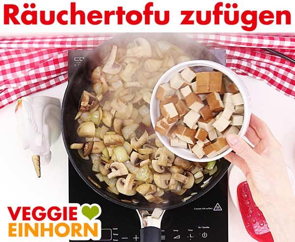 Räuchertofu zufügen für veganes Tofu Gulasch