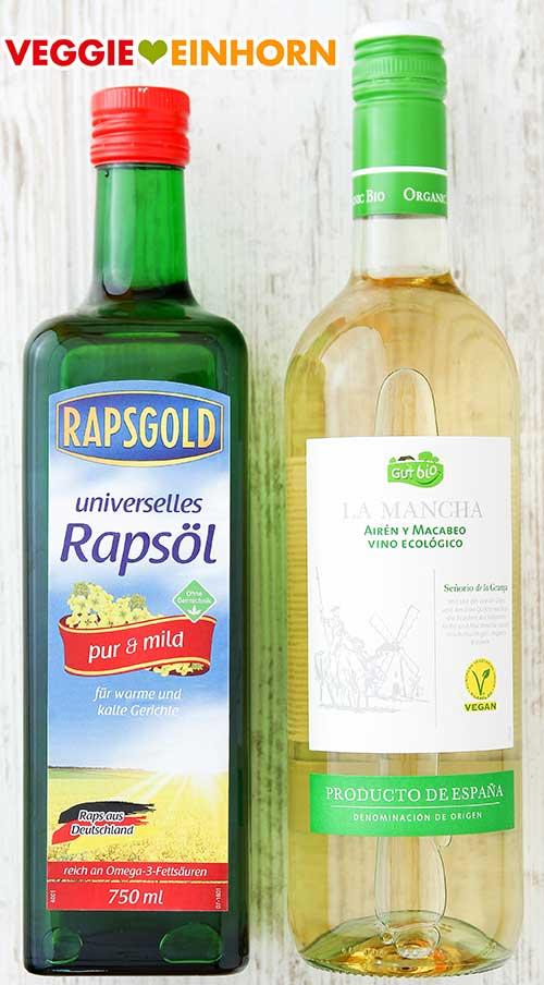 Eine Flasche Rapsöl und eine Flasche veganer Weißwein