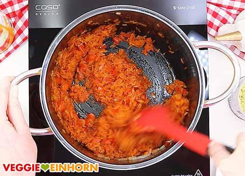 Reis, Ajvar und Knoblauch braten