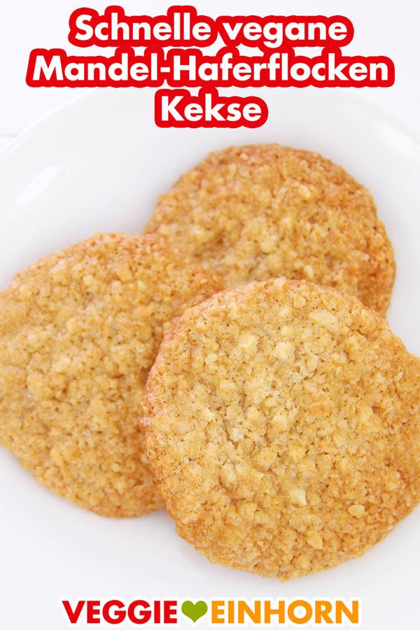Drei Mandel-Haferflocken Cookies auf einem Teller