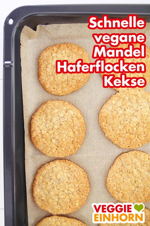 Fertig gebackene Kekse auf dem Backblech